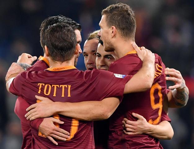 Futbalista AS Rím Edin Džeko (vpravo) sa teší so spoluhráčmi po strelení gólu v stredajšom štvrťfinále Talianskeho pohára AS Rím - Cesena