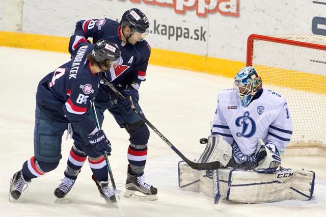 Na snímke zľava Tomáš Kundrátek, Jeff Taffe (obaja Slovan) a brankár Alexander Jeriomenko (Dinamo) v hokejovej KHL HC Slovan Bratislava - Dinamo Moskva