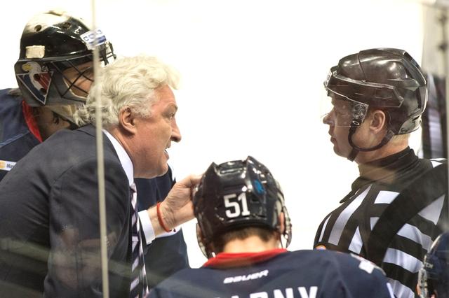 Na snímke vľavo tréner Slovana Miloš Říha v rozhovore s hlavným rozhodcom v hokejovej KHL HC Slovan Bratislava - Dinamo Moskva