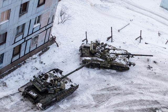 Tanky ukrajinskej armády medzi domami na sídlisku v meste Avdijivka na východe Ukrajiny 1. februára 2017