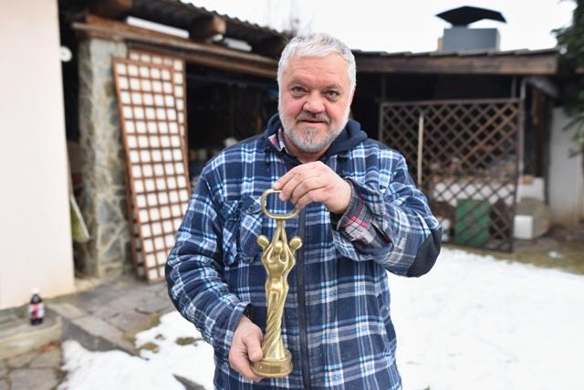 Na snímke Eugen Belica, ktorý vyrába sošky pre anketu OTO