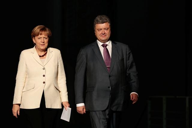 Na snímke nemecká kancelárka Angela Merkelová (vľavo) a ukrajinský prezident Petro Porošenko