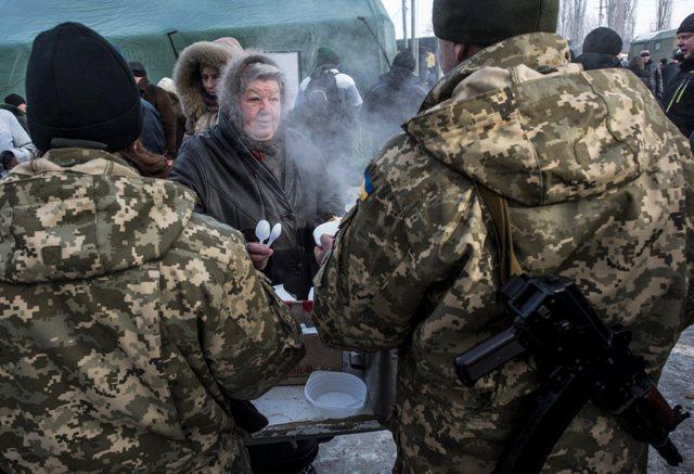 Ilustračné foto: Vojaci rozdávajú jedlo obyvateľom mesta Avdijivka na východe Ukrajiny