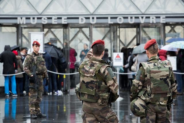 Francúzski vojaci hliadkujú pred nnovootvoreným múzeom Louvre v Paríži 4. februára 2017