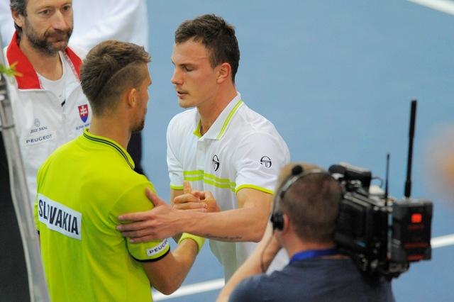 Na snímke vľavo slovenský reprezentant Martin Kližan a vpravo Maďar Márton Fucsovics po zápase dvojhry v 2. kole I. skupiny euro-africkej zóny Davisovho pohára Slovensko - Maďarsko