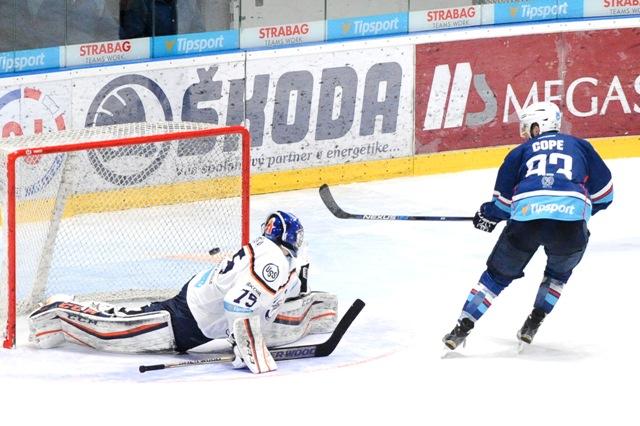 Rozhodujúci samostatný nájazd premenil Matt Cope z Nitry (vpravo), v bránke Košíc Miroslav Kopřiva v zápase 44. kola hokejovej Tipsport ligy medzi HK Nitra - HC Košice
