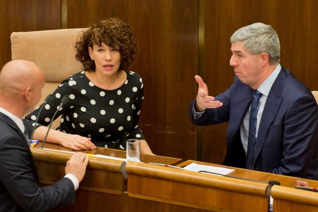 Na snímke podpredsedovia NR SR Lucia Nicholsonová (SaS) a Béla Bugár (Most-Híd) počas 12. schôdze parlamentu