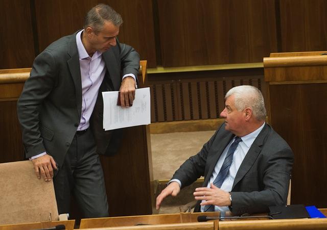 Na ilustračnej snímke vľavo poslanec parlamentu a primátor Košíc Richard Raši (Smer-SD) a vpravo minister dopravy, výstavby a regionálneho rozvoja SR Árpád Érsek (Most-Híd)