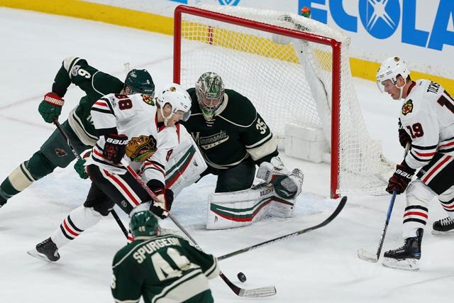Hráč Blackhawks Patrick Kane (druhý zľava) prihráva puk Jonathanovi Toewsovi na rozhodujúci gól v predĺžení zápasu hokejovej zámorskej NHL Chicago Blackhawks - Minnesota Wild