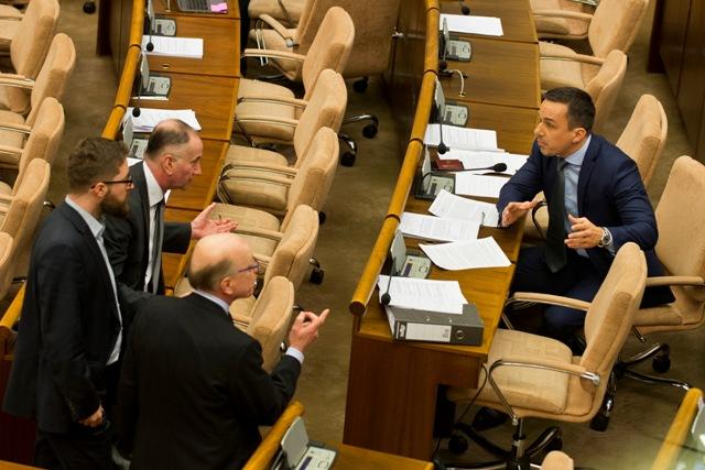 Na snímke zľava poslanci SaS Martin Poliačik, Eugen Jurzyca a Alojz Baránik a poslanec Erik Tomáš (SMER-SD) počas hádky v rámci 12. schôdze NR SR 9. februára 2017 v Bratislave