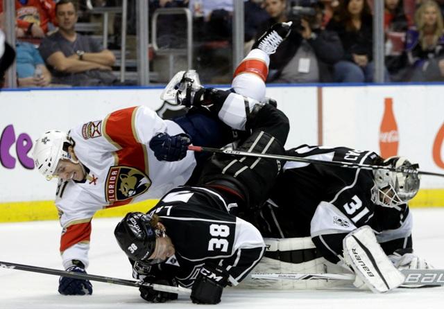 Hráč Floridy Jonathan Marchessault(vľavo) v kolízii s hráčom Kings Paulom LaDueom (v strede) a brankárom Kings Petrom Budajom v zápase hokejovej zámorskej NHL Los Angeles Kings - Florida Panthers