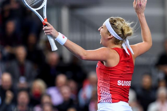 Švajčiarska tenistka Timea Bacsinszká sa raduje po víťazstve nad Francúzkou Alize Cornetovou v úvodnej dvojhre štvrťfinále svetovej skupiny tenisového Fed Cupu Švajčiarsko - Francúzsko