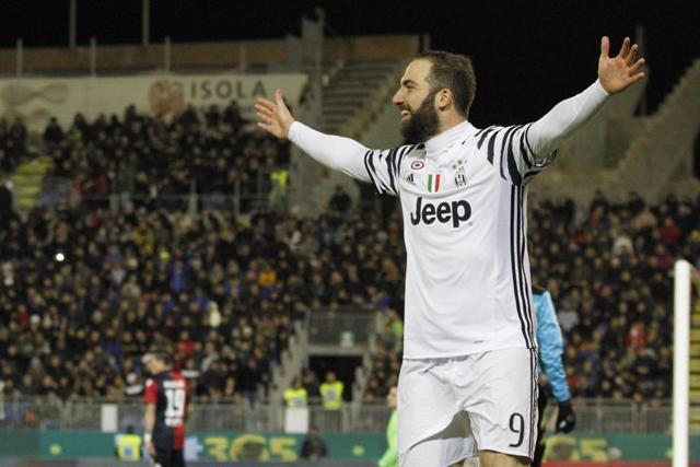 Na snímke argentínsky úťočník Juventusu Gonzalo Higuain oslavuje gól zápase 22. kola talianskej futbalovej Serie A  Cagliari Calcio - Juventus Turín (0:2)