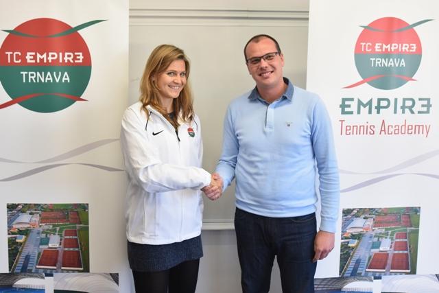 Na snímke vľavo česká tenistka Lucie Šafářová a športový riaditeľ TC Empire Tomáš Boleman