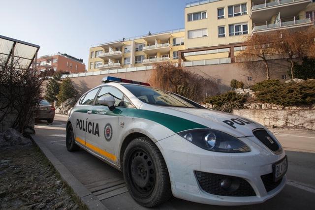 Na snímke policajné auto pri bytovom komplexe na Tupého ulici, kde sídlia firmy Ladislava Bašternáka