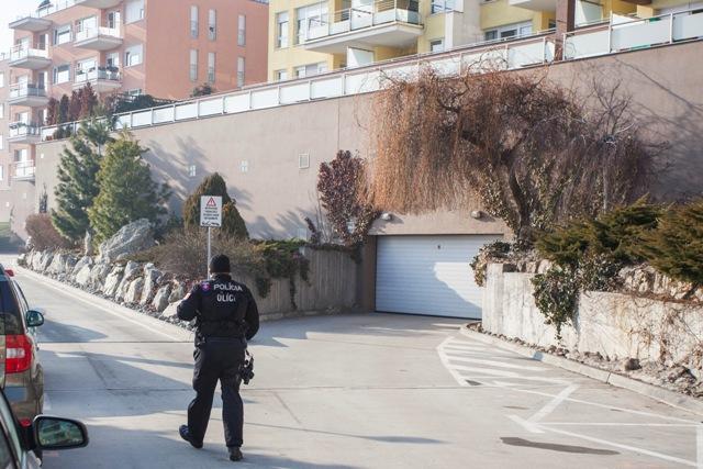 Na snímke policajt stojí pri bytovom komplexe na Tupého ulici, kde sídlia firmy Ladislava Bašternáka
