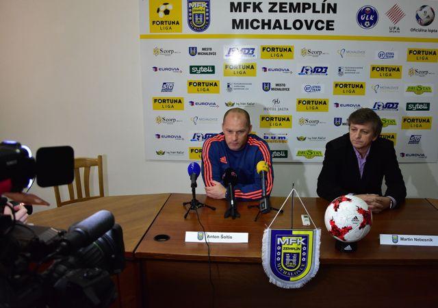 Na snímke zľava tréner MFK Zemplín Michalovce Anton Šoltis a člen predstavenstva klubu MFK Zemplín Michalovce Martin Nebesník