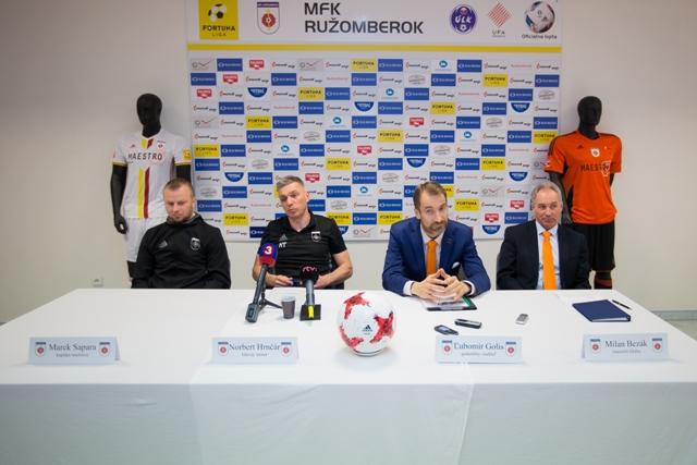 Na snímke zľava kapitán A-tímu Ružomberka Marek Sapara, tréner A-tímu Norbert Hrnčár, predseda predstavenstva a generálny riaditeľ Ľubomír Golis a manažér tímu Milan Bezák