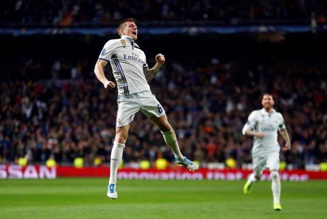 Futbalista Realu Madrid Toni Kroos sa teší po strelení gólu v stredajšom osemfinále Ligy majstrov  Real Madrid - SSC Neapol