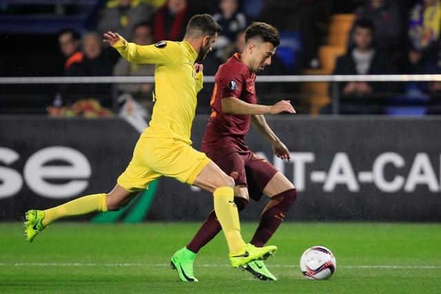 Hráč AS Stephan El Shaarawyi (vpravo) a hráč Villarealu Mateo Pablo Musacchio v súboji o loptu v prvom zápase 16-finále Európskej ligy vo futbale FC Villareal - AS Rím