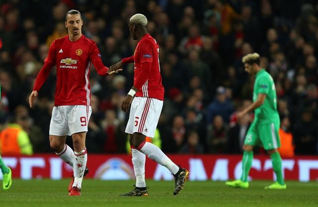 Na snímke hráči United, zlava Zlatan Ibrahimovič a Paul Pogba oslavujú gól v prvom zápase 16-finále Európskej ligy vo futbale Manchester United - AS St. Étienne