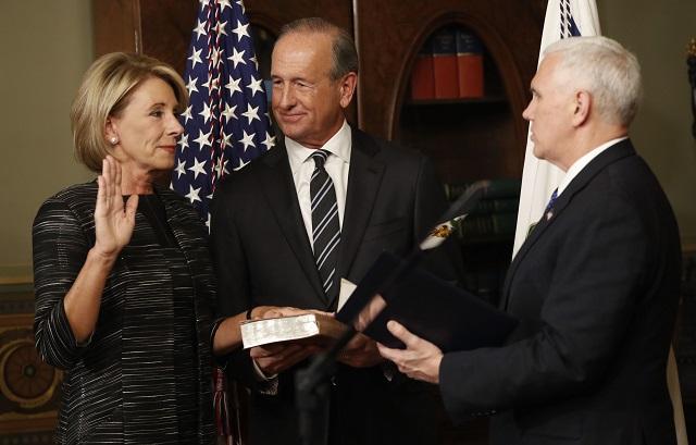 Betsy DeVosová zložila v utorok prísahu ako nová americká ministerka školstva