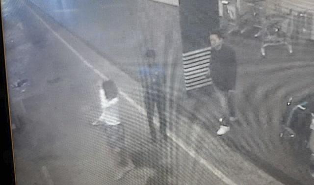 Na snímke z videa zo Star TV neznáma žena (vľavo), ktorú polícia zatkla v súvislosti s úmrtím severokórejského vodcu Kim Čong-nama, kráča na medzinárodnom letisku v Kuala Lumpure 13. februára 2017