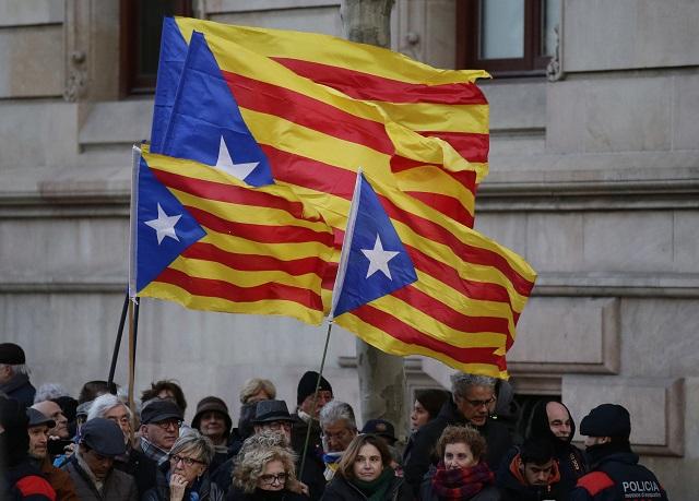 Bývalého prezidenta katalánskej autonómie prišli pred súd podporiť tisíce ľudí