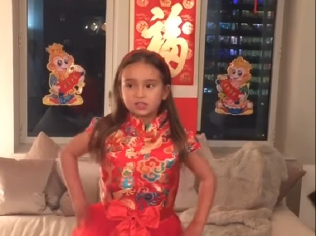 Video Trumpovej vnučky spievajúcej po čínsky je hitom na sociálnych sieťach: na snímke z videa Trumpová vnučka Arabella Kushnerová