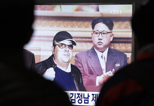 Na snímke z TV je vpravo severokórejský vodca Kim Čong-un a vľavo jeho starší nevlastný brat, 46-ročný Kim Čong-nam, na monitore na vlakovej stanici v juhokórejskom Soule 14. februára 2017