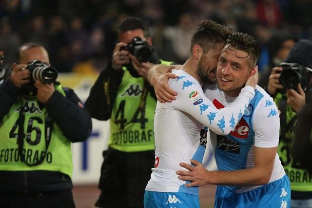 manuele Giaccherini (vpravo) z SSC Neapol sa raduje z gólu so spoluhráčom Driesom Martensom počas zápasu 24. kola talianskej Serie A proti FC Janov 10. februára 2017 v Neapole