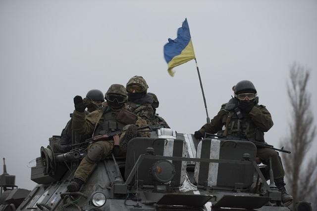 Na archívnej snímke obrnený transportér s vojakmi ukrajinskej armády