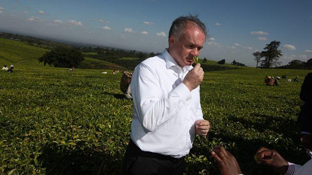 Na snímke prezident SR Andrej Kiska pri prehliadke čajovej plantáže na farme pri Nairobi