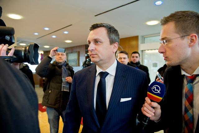 Na snímke predseda strany SNS Andrej Danko (uprostred)