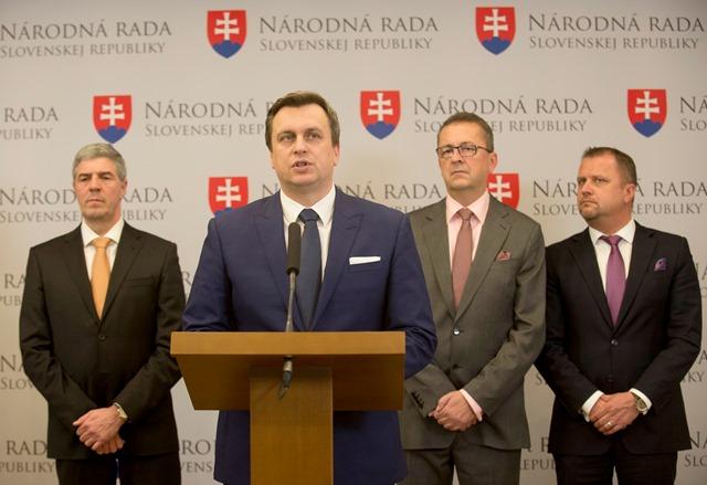 Na snímke zľava podpredseda NR SR Béla Bugár (Most-Híd), predseda parlamentu SR Andrej Danko (SNS), podpredseda parlamentu SR Martin Glváč (SMER-SD) a podpredseda NR SR Andrej Hrnčiar (Most-Híd)