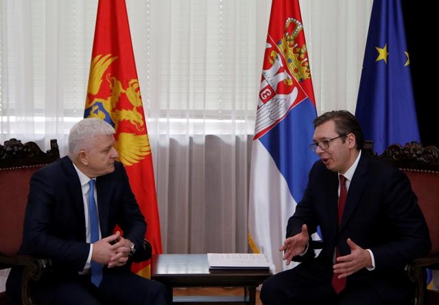 Na snímke vľavo čiernohorský premiér Duško Markovič a vpravo srbský premiér Aleksandar Vučič