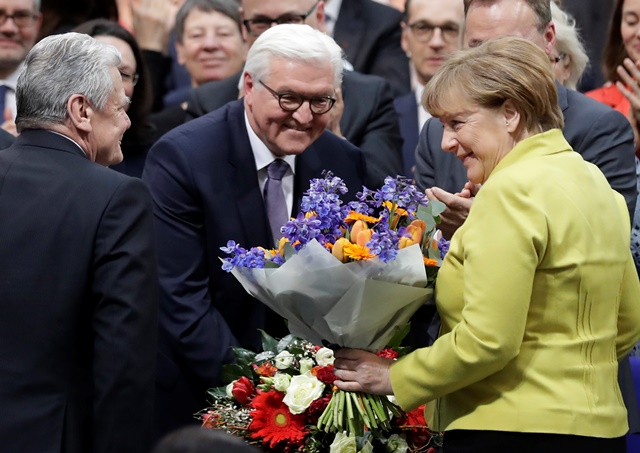 Nemecká kancelárka Angela Merkelová a Joachim Gauck (vľavo) gratulujú novozvolenému nemeckému prezidentovi Frankovi-Walterovi Steinmeirovi