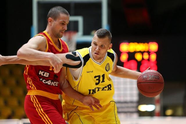Basketbalisti KB Košice si aj po víťazstve nad favorizovanou BC Prievidza udržali vedúce postavenie v tabuľke Eurovia SBL po 33.kole. Pri rovnosti bodov s druhým Interom Bratislava majú Košičania lepšie skóre. Po týždennej prestávke, ktorú vyplní od 17. Do 19.februára v bratislavskej Hant aréne finále Slovenského pohára v basketbale mužov sa obaja kandidáti na prvé miesto stretnú v stredu 22.februára v Angels aréne v Košiciach vo vzájomnom súboji. Na snímke z prvého tohto sezónneho súboja z Bratislavy vidieť domáceho Hofericu (31) v žltom drese s loptou, ktorého sa snaží zastaviť brániaci Pilčevič basketbalista KB Košice (na snímke prvý zľava).