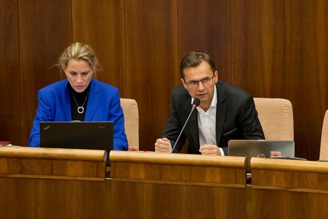 Na snímke opoziční poslanci za SaS Jana Kiššová a Ľubomír Galko