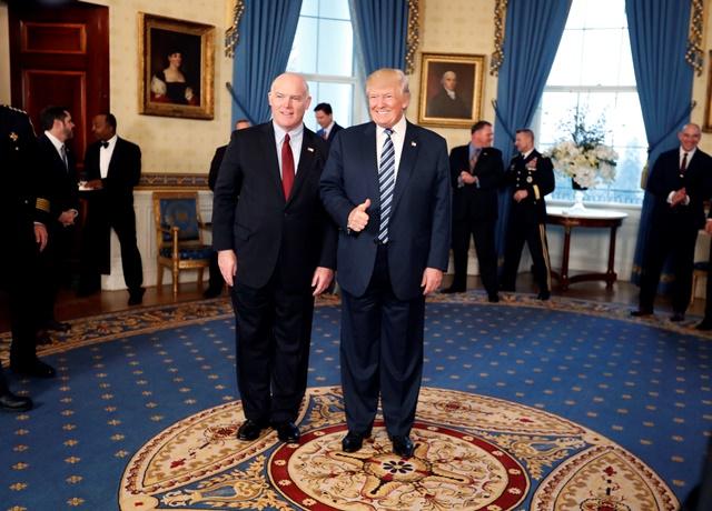 Na snímke Joseph Clancy a prezident USA Donald Trump