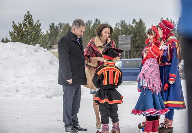Na snímke fínsky prezident Sauli Niinistö, jeho manželka  Jenni, ktorých vítajú miestni mladí Saamovia pred múzeom v Inari v Laponsku