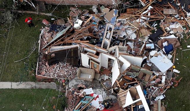 Na snímke muž stojí pred zničeným domom po tornáde v New Orleanse