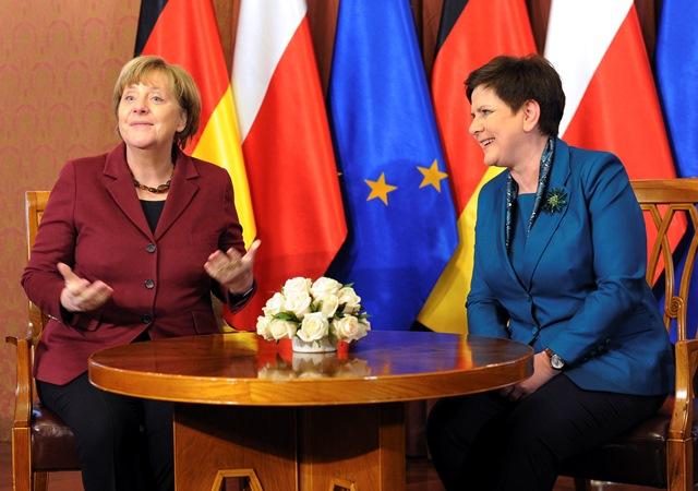 Na snímke nemecká kancelárka Angela Merkelová (vľavo) a poľská premiérka Beta Szydlová