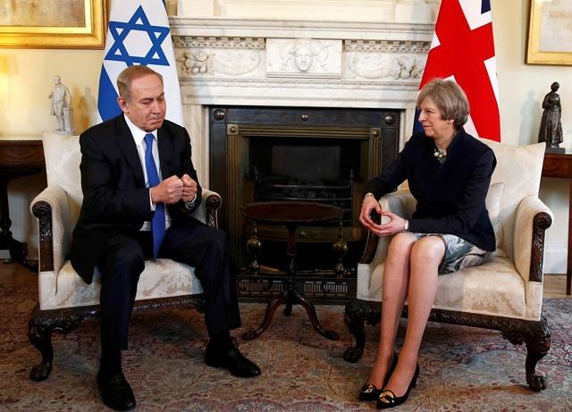 Na snímke britská premiérka Theresa Mayová a izraelský premiér Benjamin Netanjahu počas stretnutia na Downing Street