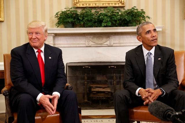 Na archívnej snímke americký prezident Donald Trump (vľavo) a bývalý americký prezident Barack Obama