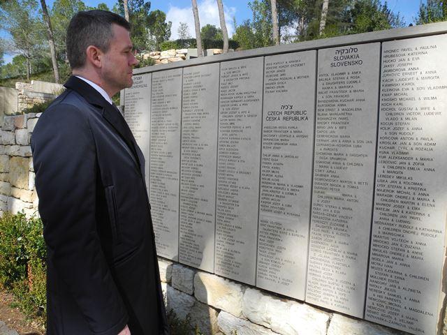 Na snímke podpredseda vlády SR pre investície a informatizáciu Peter Pellegrini  stojí pred Múrom cti v Záhrade Spravodlivých v Jad vašem  v Jeruzaleme