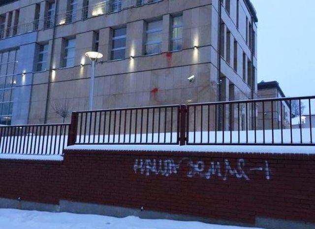 Na snímke nápis na plote generálneho konzulátu
