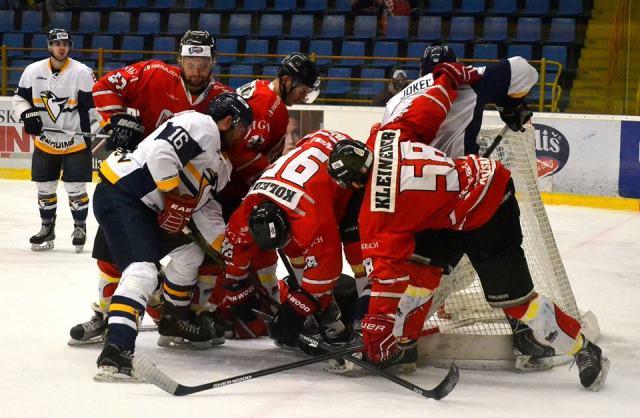 Takto sa bojovalo o každý meter ľadovej plochy v Ice aréne v Prešove v prvom štvrťfinále play-off v súboji HC Penguins Prešov – HK 95´Považská Bystrica (3:0). Diváci v metropole Šariša boli často vo vare tak ako v tomto prípade, keď o puk bojovalo až sedem hokejistov. V červených dresoch vidieť brániace družstvo z Považia a v bielych domáci HC Penguins Prešov. Čo však teší najviac v Prešove je o ľadový hokej veľký záujem a na prvý zápas bolo v Ice aréne prítomných 1 818 divákov a na druhý ešte viac 1 928 divákov, čo nie je ani na  väčšine zimných štadiónov v Tipsport lige.