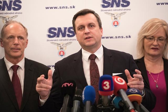Na snímke zľava prvý podpredseda SNS Jaroslav Paška, predseda SNS Andrej Danko a podpredsedníčka SNS Eva Smolíková