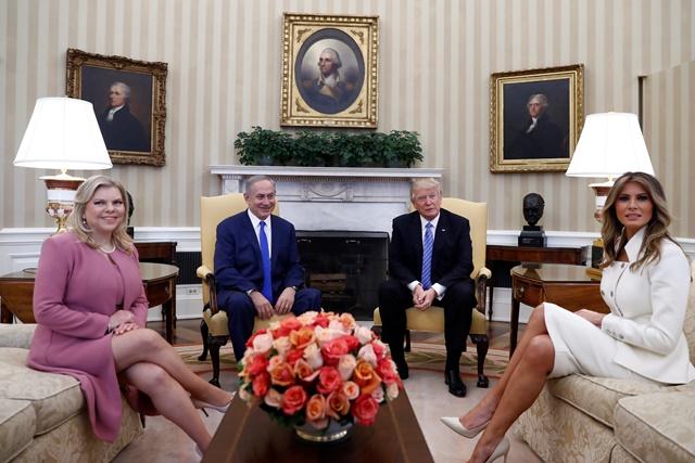 Na snímke vpravo americký prezident Donald Trump s manželkou Melaniou a vľavo izraelský premiér Benjamin Netanjahu s manželkou Sárou